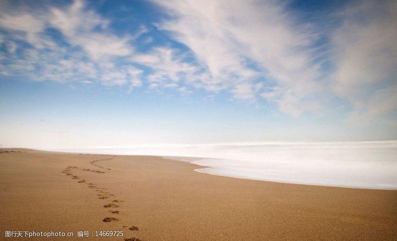 蓝色脚印沙滩图片